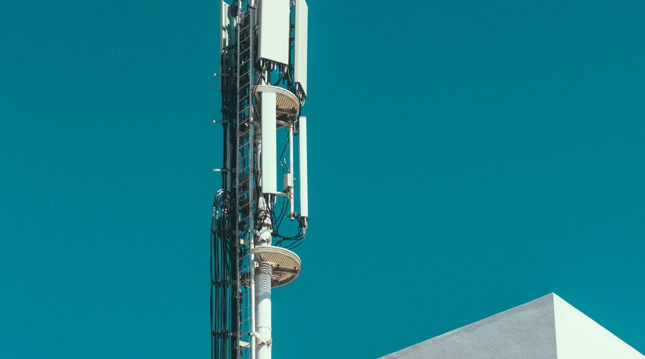 Mast til det mobile netværk med blå himmel
