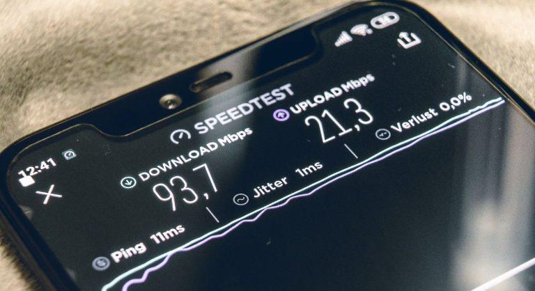 Smartphone med resultat af hastighedstest