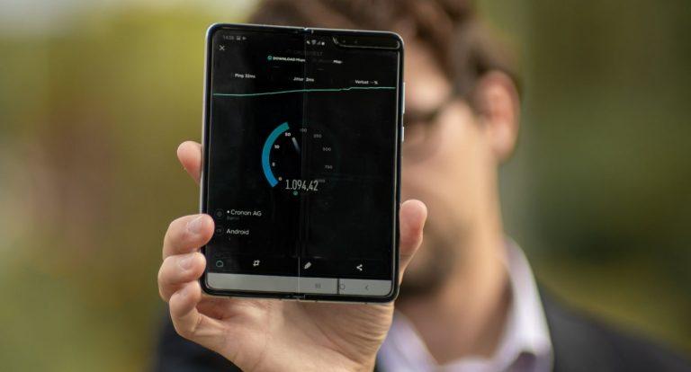 Med med foldbar smartphone viser hastighedstest