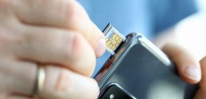 SIM-kort sættes i smartphone