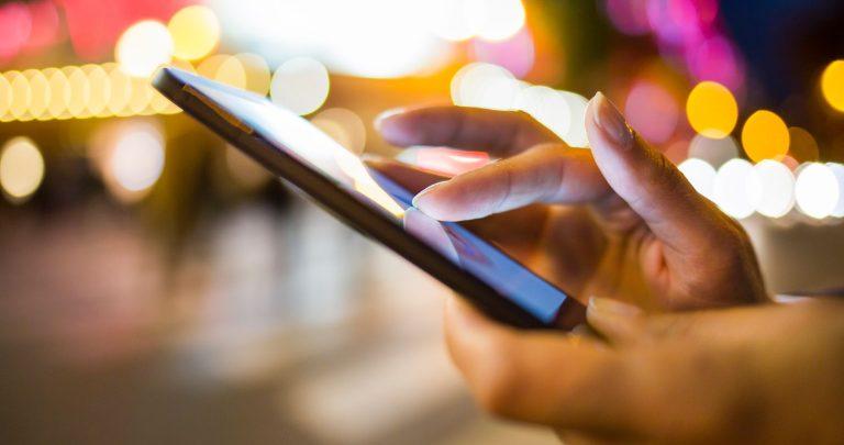 Smartphone holdes i hånden mens der surfes på nettet