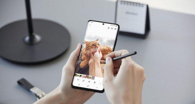 Samsung Galaxy S21 Ultra holdt i hånden mens pen anvendes på skærmen