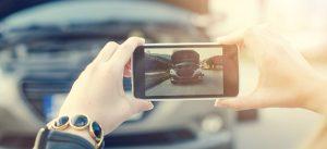 Filmer bil offentligt med smartphome
