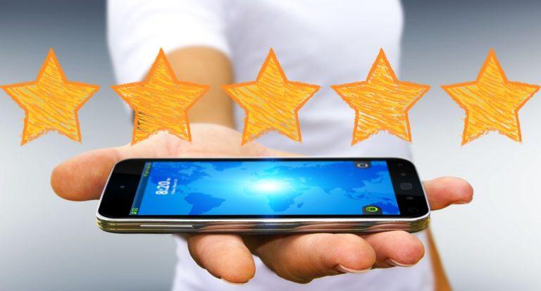 Mand holder mobiltelefon i hånden under 5 stjerner