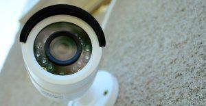 Videokamera opsat på husmur