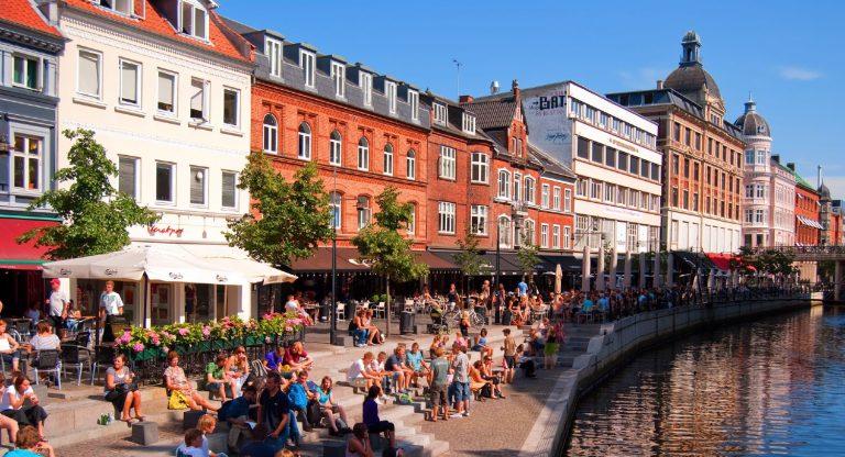 Aarhus kanal med mange mennesker på en solrig sommerdag