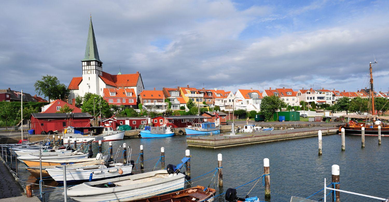 Rønne med marina i forgrunden samt huse og kirke i baggrunden