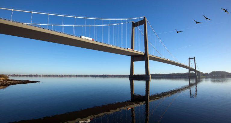 Lillebælt Broen mellem Fredericia og Middelfart med stille vandspejl