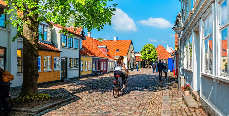 Den gamle bydel i Odense på en flot solskinsdag med få mennesker