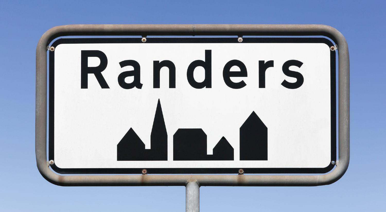 Randers byskilt med blå himmel som baggrund