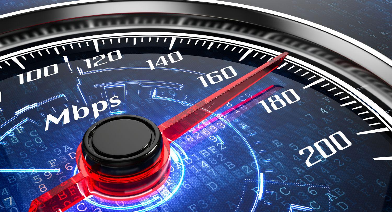 Hastighedstest med rød nål på et speedometer