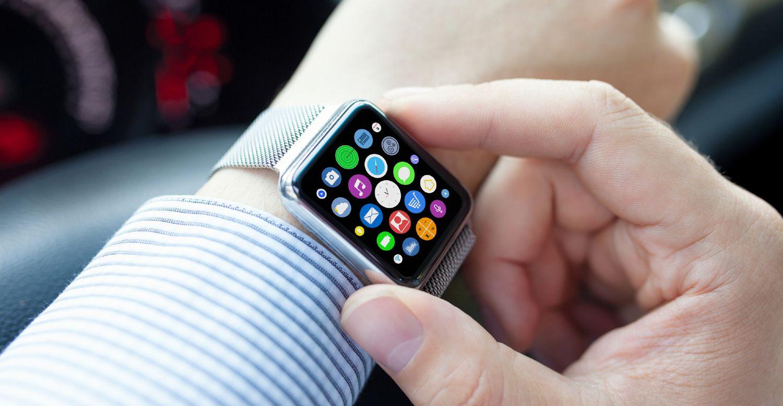 Mand i skjorte bruger smartwatch i bil