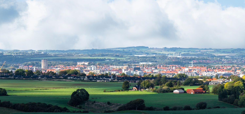 Panorama udsigt over Horsens by med hvide skyer i baggrunden