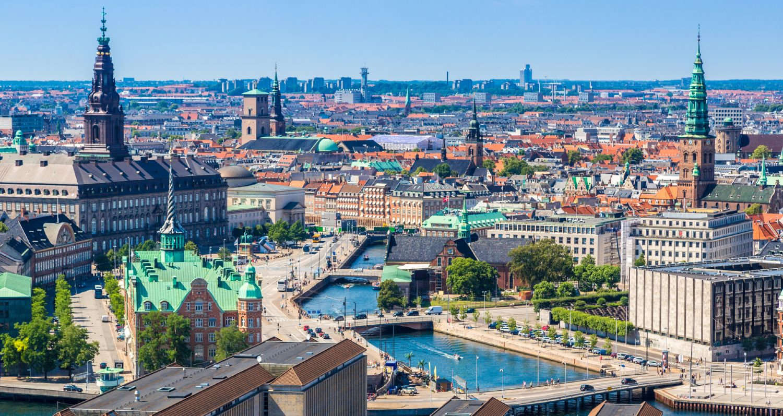 Udsigt over København, Indre By, med blå himmel i baggrunden