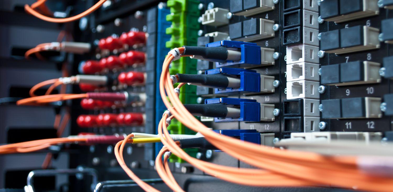 Fiberoptiske kabler forbundet til hardware