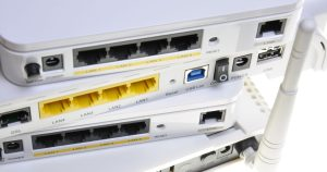 Trådløse routere stablet ovenpå hinanden med forskellige indgange til kabler
