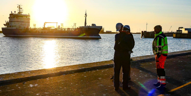 Tankskib lægger til kaj på Hirtshals Havn
