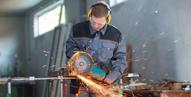 Håndværker benytter vinkelsliber til at skære metal