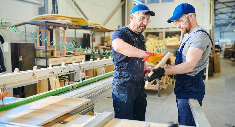 To ansatte på et værksted i færd med at producere elementer