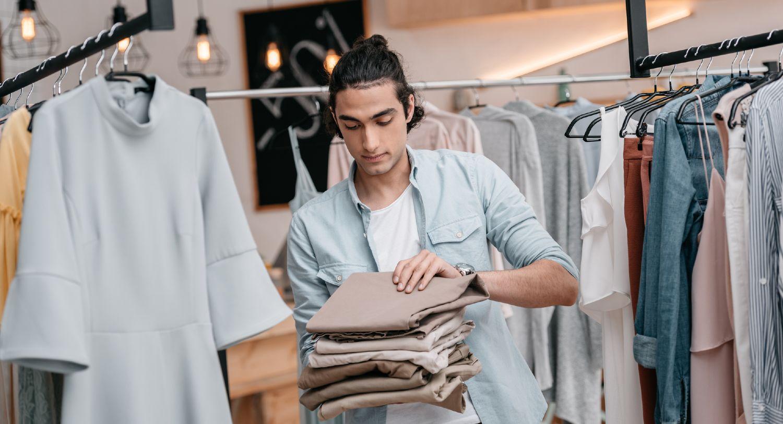 Butiksejer folder nyt tøj sammen i butik