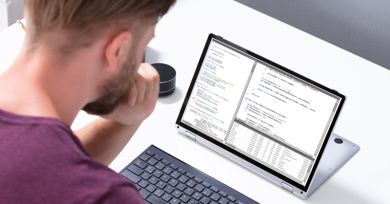 Mand undersøger hjemmeside på bærbar computer