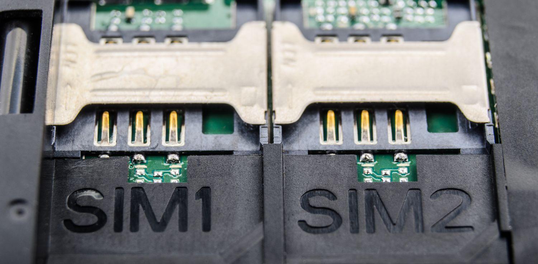 Dual SIM slots i en mobiltelefon, placeret side om side