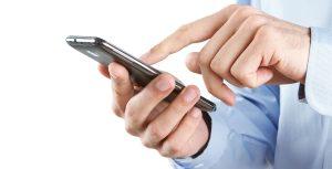 Mand taster nummer på smartphone inden opkald